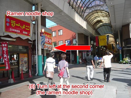2つ目の交差点で左折します。角にラーメン屋さんがあります