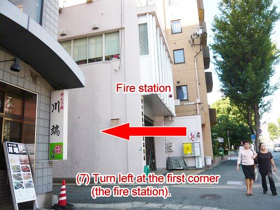消防署の手前の最初の角を左折して小さい路地に入ります