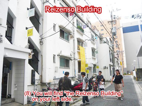 左手にある5階建ての白いビルが、福岡バイクツアーオフィスが入る「冷泉荘」です
