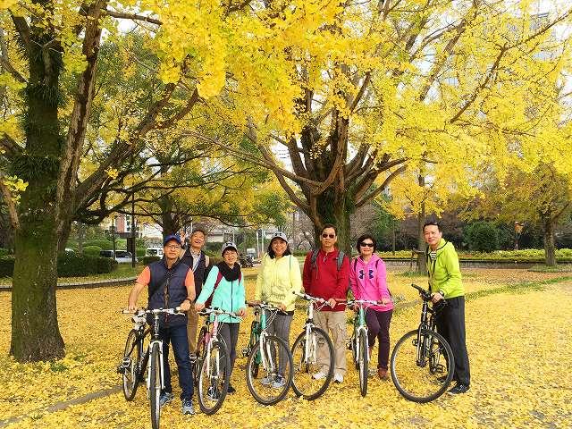 福岡バイクツアーページの秋の紅葉が美しい福岡城を自転車で走る写真