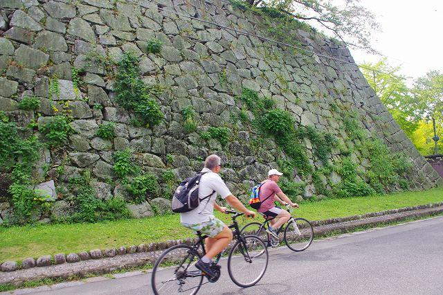 福岡バイクツアーページの福岡城を自転車で走る写真