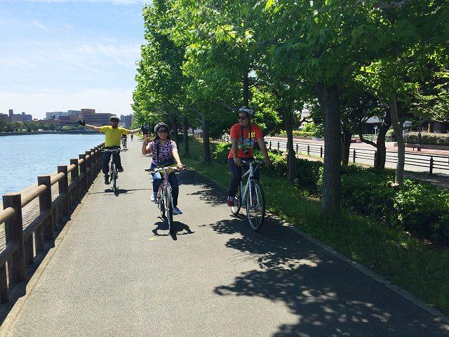 福岡バイクツアーページのリバーサイドを自転車で走る写真