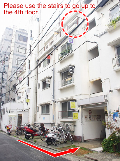 冷泉荘には2つ入り口があります。福岡バイクツアーオフィスへは、奥側の階段(B棟)で4階までお上がりください