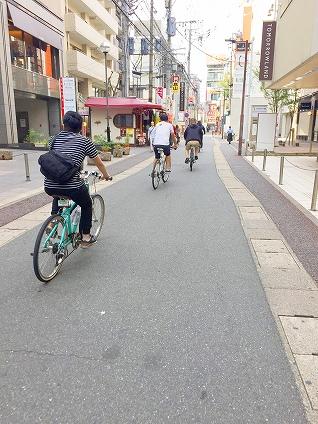福岡バイクツアーページの路地裏を自転車で走る写真